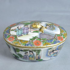 Canton porcelain covered box; wise and disciples - China - 19th century