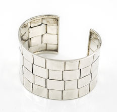 Rigid heavy bracelet made of silver with modern design