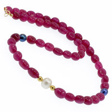 Necklace made of rubies and cultivated peacock pearls with 18 kt/750 yellow gold clasp.