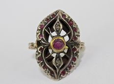 14 kt gold ring. Central ruby and rubies on the sides, 1940s