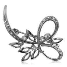 18kt White gold diamond brooch, set with 19 diamonds with a total estimated weight of 0.50 ct.