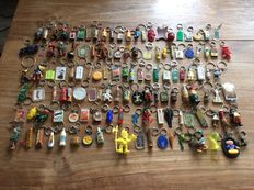 Lot of 580 keychains 1960s/1970s