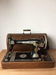 Antique Singer 127k sewing machine in wooden case, year of manufacturing 1926