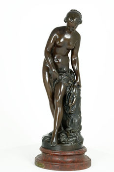 After Etienne Maurice Falconet (1716-1791) - Bronze-coloured zamak sculpture titled 'Baigneuse' - France - ca. 1900