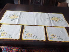 Table runner and three matching napkins - ecru, completely hand-embroidered - Belgium - early 20th century