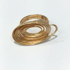 Sandblasted and glossy spiral ring made from 18 kt yellow gold