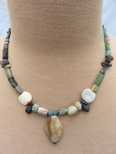Near East - Archaeological beaded necklace with stones and glass beads - early Bronze age/Neolithic to middle ages - 46 cm. + 3cm.