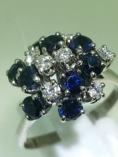 Gold ring with 9 sapphires of around 0.60 ct and 7 diamonds of 0.35 ct