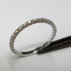 18 kt white gold eternity ring set with 26 brilliant cut diamonds, 0.26 ct in total.