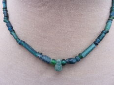 Roman necklace with green iridescent glass beads - 44 cm + 1 cm.