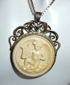 "Pendant in 830 silver of silversmith ""CAESAR"" with sculpted image: Boy / cherub with lyre"