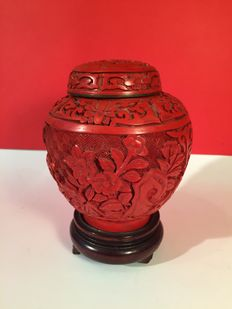 Small refined laquer vase - China - Second half of 20th century