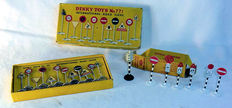 Dinky Toys - Schaal 1/43 - Kavel met British Road Signs No.768, International Road Signs No.771 en Four Faced Traffic Signal No.47a