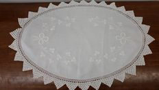 Large-sized embroidered oval doily, with crocheted edge - Italy - around 1928