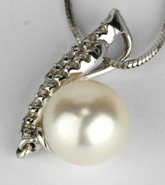 Pendant 750/18 kt. White gold with 17 diamonds and an genuine South sea pearl ca. 7,5 mm with a beautiful chandelier.