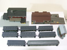 Roco/Faller H0 - 8 passenger carriages from the DR with railways station, freight shed and signal box