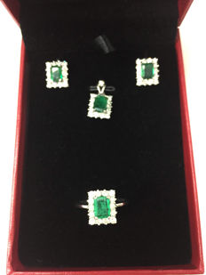 Three-piece set consisting of a ring, earrings, and a pendant set with 3.33 ct emeralds and 2.30 ct diamonds