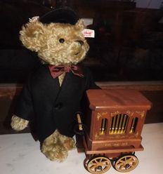 Steiff Teddy Berliner organ grinder, Nr. 671005 produced for Department store KADEWE Berlin - Germany