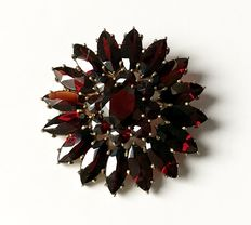 Brooch with garnets made of tombak, gold-plated