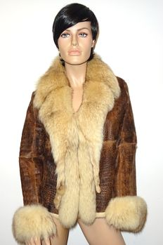 Exclusive leather coat - very exclusive with large raccoon fur collar, leather snake print