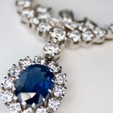 Exclusive magnificent white gold necklace with a large Sapphire of approx. 3.15 ct and 1.70Ct. brilliant cut diamonds of G/VVSI, approx. 4,85 ct in total. Excellent state and quality.