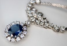 White gold necklace with Sapphire of approx. 3.15 ct and 1.70 ct. diamonds of G/VVSI, approx. 4,85 ct in total.- length: approx. 44cm