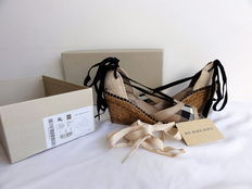 Burberry – wedges – 2 sets of laces