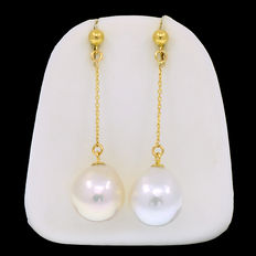 Long 18kt/750 yellow gold earrings with baroque pearls cultured in South East Asia
