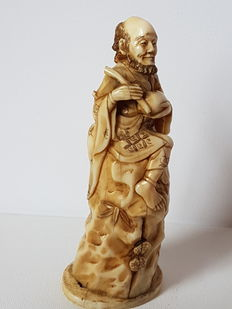 Ivory figurine; old man with herb pot on a stone – China – circa 1880–1900
