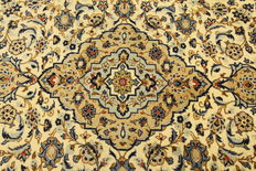 Fine Persian carpet Kashan 3.00 x 2.00 cream, hand woven in Iran, high quality new wool, great condition. Orient carpet.