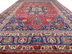 "Signed Meshed – 362 x 256 cm. – ""Impressive, oversized Persian carpet – In beautiful condition"""
