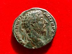 Roman Empire - Marcus Aurelius (161-180 A.D.) bronze sestertius (20,22 g 30 mm). Rome mint. 165 A.D. IMP VI / COS III. Jupiter seated holding on globe.