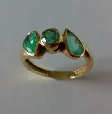 Gold cocktail ring set with 3 emeralds