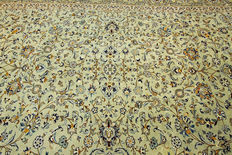 Fine Persian carpet Kashan 3.95 x 2.90 pistachio green hand-knotted in Iran, high quality new wool, Orient carpet, Great Condition, Signature
