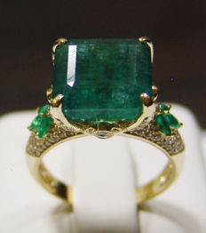10.43 ct Natural Transparent Emerald and 158 Diamonds, Set in 18kt Yellow Gold Ring
