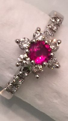 Flower ring, with 0.20 ct ruby and 0.24 ct diamonds, in 18 kt gold size 9