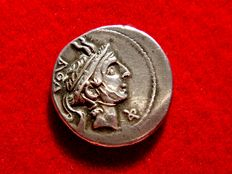 Roman Republic -  L. Marcius Philippus silver denarius (3,87 g.. 18 mm.) minted in Rome in 113-112 B.C. Head of Philip V of Macedon. Φ below chin. Scarce and beautiful coin.