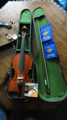 Hungarian violin, 4/4 with bow, case and a lot of accessories