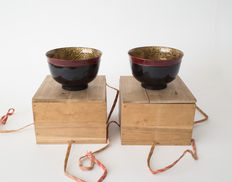 Two hiramaki-e gold lacquered bowls. Decorated with sea shells and coral. In matching boxes. Japan, early 20th century (Taisho period).