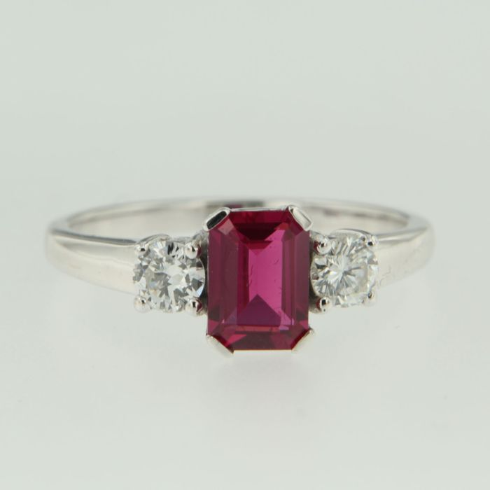 14 kt white gold ring with a synthetic ruby and brilliant cut diamonds, ring size 17.25 (54)