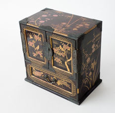 Miniature taka maki-e and maki-e lacquered chest of drawers. Elaborately decorated with nature motifs and geometric patterns - Japan - 19th century (Meiji period).