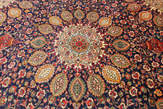 Fine Persian carpet Täbriz Sheikh Safi 3.78 x 2.96 hand-knotted in Iran. High-quality new wool Orient carpet. Great condition, signature