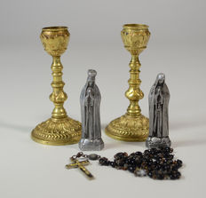 Lot with 2 Mary figurines, 2 bronze candlesticks and 1 bronze Rosary.