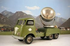 Gama, West Germany - Length 29 cm - Tin army green bussing truck with search light with friction motor, 1950s/60s