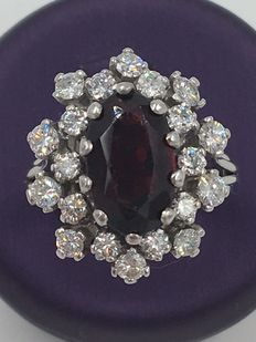 18 kt white gold garnet entourage ring with approx. 1.31 ct diamonds - no reserve price!