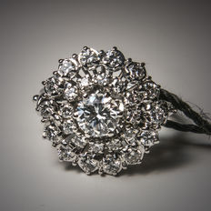 18 kt white gold ring with 27 diamonds.