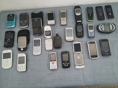 Massive lot of 24 mobile phones ( Mostly Vintage )  from Blackberry, Motorola, Nokia and Others