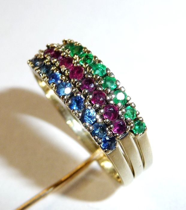 Trilogy: 3 individual rings as a unit, with ruby, emerald, sapphire set in 8 kt / 333 gold, size: 56 / 17.8 mm