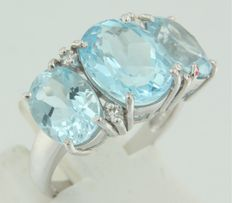 14 kt white gold ring set with three blue topazes ad four octagonal cut diamond, ring size 17.25 (54)