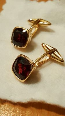 Pair of 18 kt gold cufflinks, with  pyrope-almandine garnets.